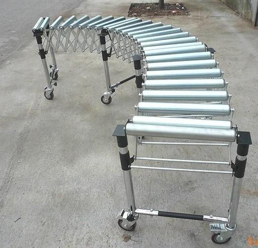 伸缩辊筒机是利用可伸展的组件做机架的输送机。 基本说明:伸缩型辊筒输送机是利用可伸缩的组件做机架的输送机,机体可自由变向,改变任意角度,支腿高度可以调节,下部设有脚轮可以移动,并可按需要形成直段和圆弧段,适用于需要灵活布置的移动式无动力输送机,脚轮可带刹车,伸长长度可限位,转动件有单排辊筒,双排辊筒和福来轮。作为单台至少二个单元,以一组网片为一单元。 应用场合:广泛应用于各行业的成品包装箱、周转箱的输送。 应用优势:成本低廉、结构简单、维修方便、运行可靠、输送能力强。 伸缩辊筒输送机采用自主研发的铝合金材